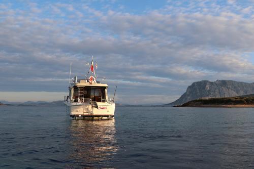 Riva-48-sunshine-escursioni-noleggio-barca-sardegna-isola-tavolara-3